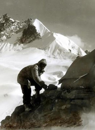Edmund Hillary fixing tents